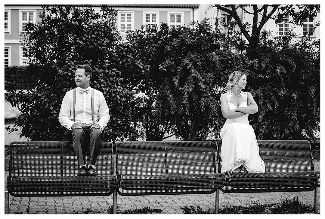Hochzeitsfotograf Rostock - Brautpaar sitzt zwei Meter auseinander auf Metallbank - Fotograf Rostock - Hochzeitsfotograf Villa Papendorf