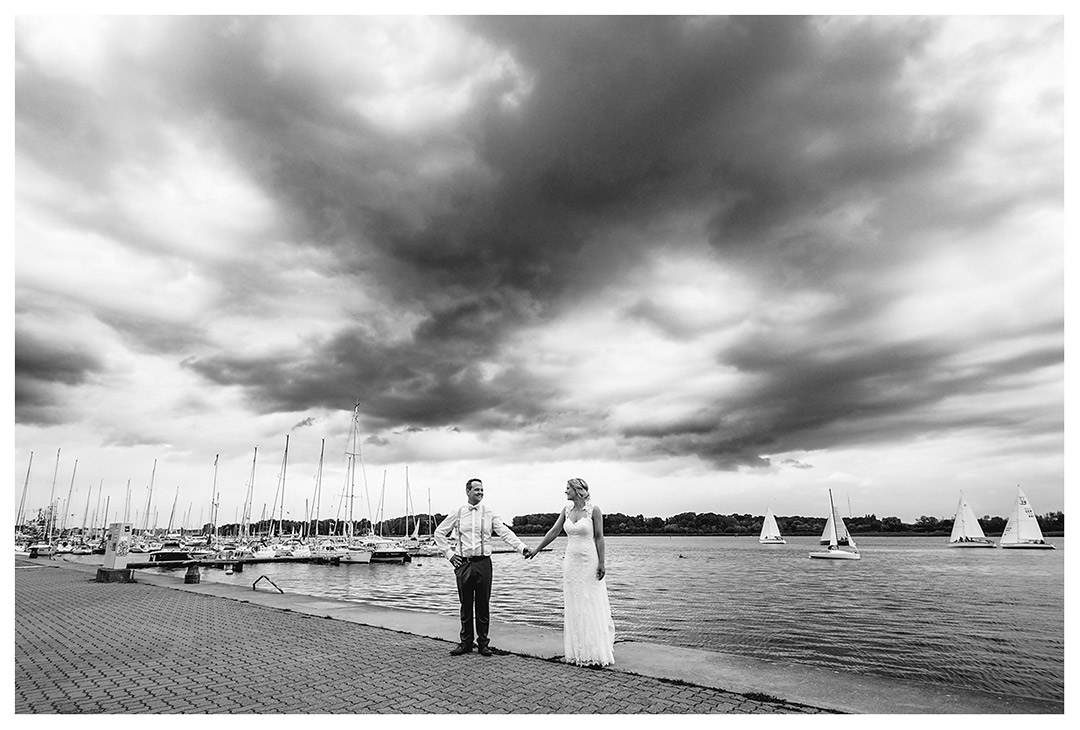 Brautpaar Hand in Hand am Ufer der Rostocker Warnow - Hochzeitsfotograf