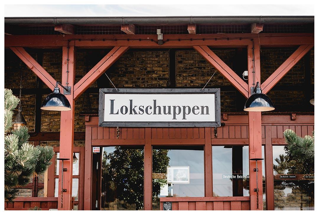 Nahaufnahme Schild vom Lokschuppen - Lokschuppen Rostock
