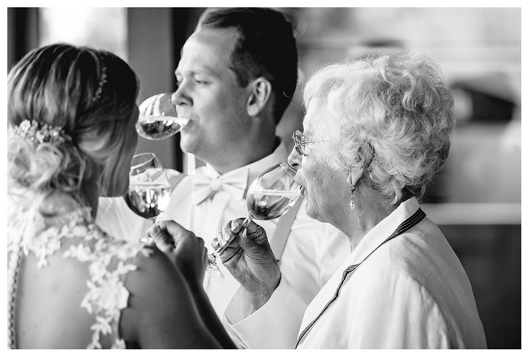 Brautpaar und Oma trinken gleichzeitig Wein - Lokschuppen Rostock