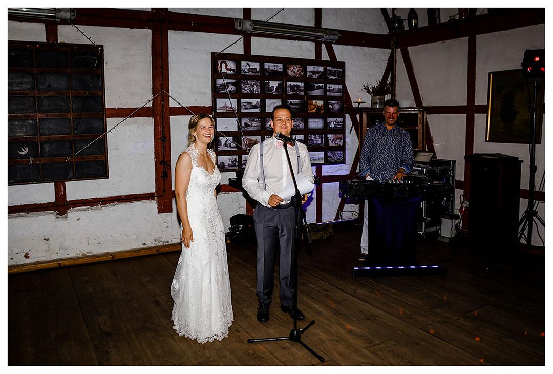 Bräutigam hält eine Rede vor den Gästen - Lokschuppen Rostock