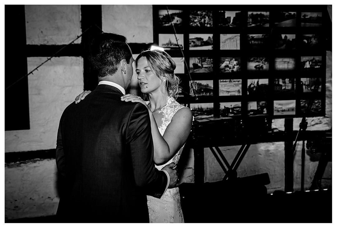 Nahaufnahme Brautpaar beim Hochzeitstanz - Lokschuppen Rostock