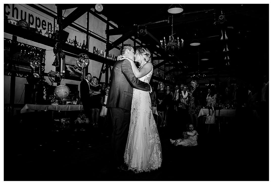 Brautpaar küsst sich nach Hochzeitstanz - Lokschuppen Rostock