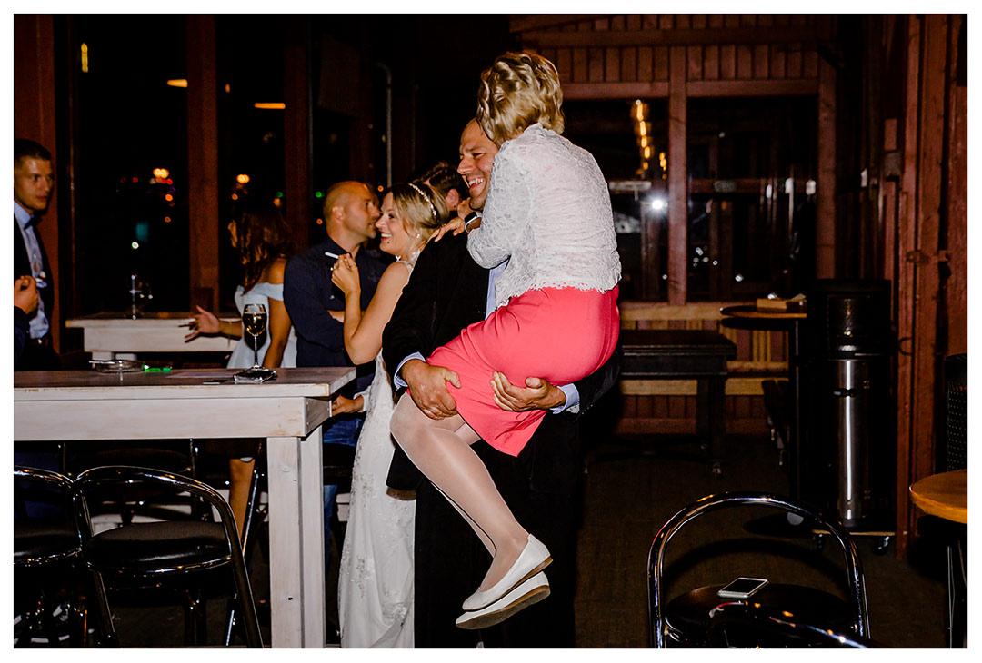 Mann hält Frau auf dem Arm und lacht - Lokschuppen Rostock