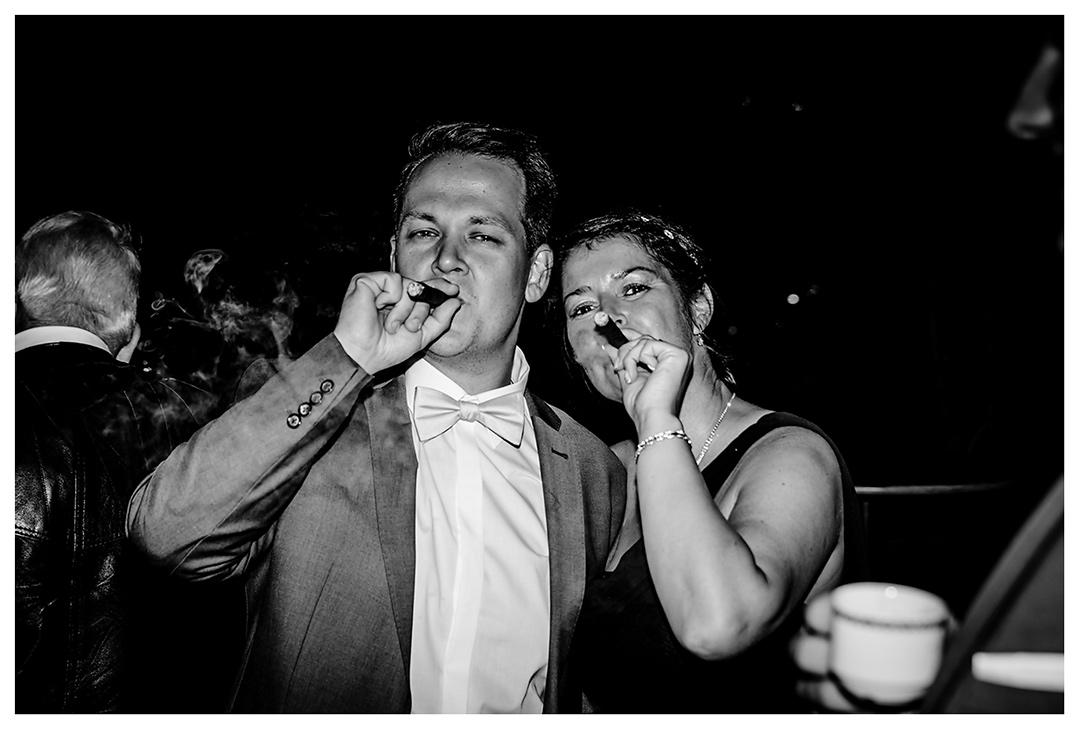 Lokschuppen - Bräutigam und eine Frau rauchen Zigarre