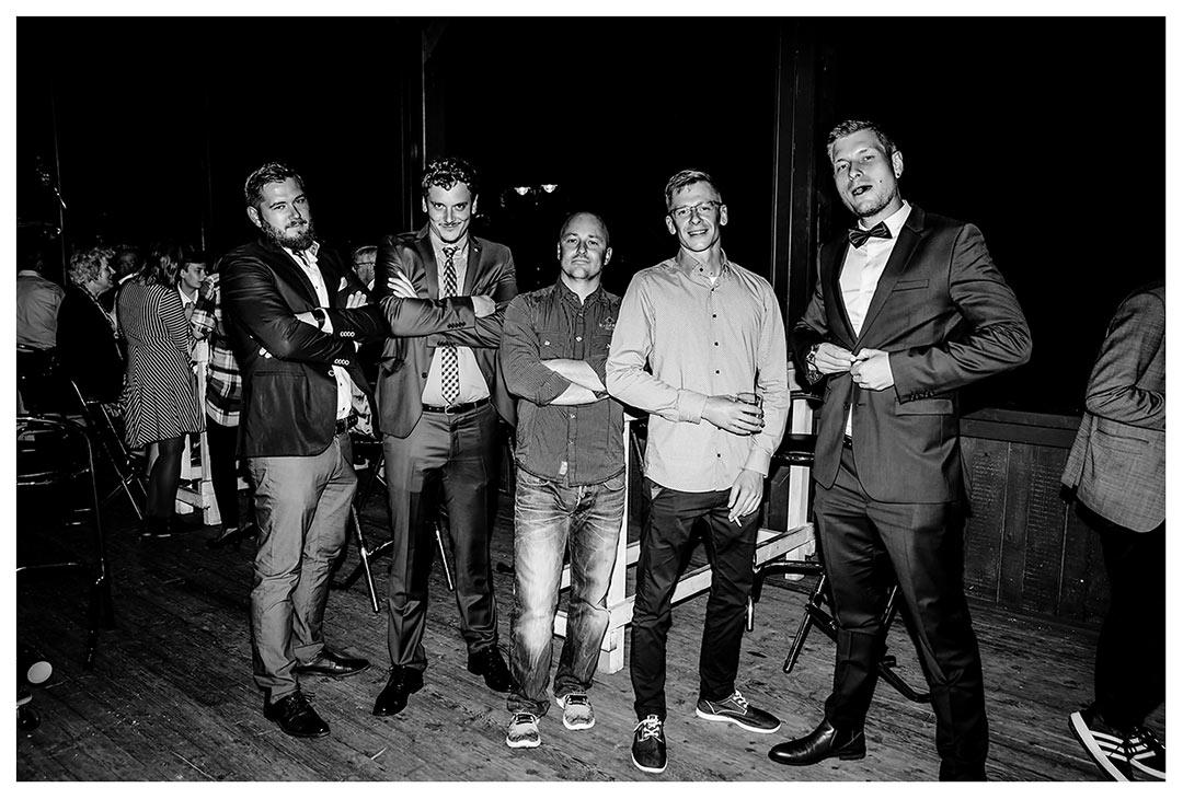 Gruppenfoto Männer in cooler Pose - Lokschuppen