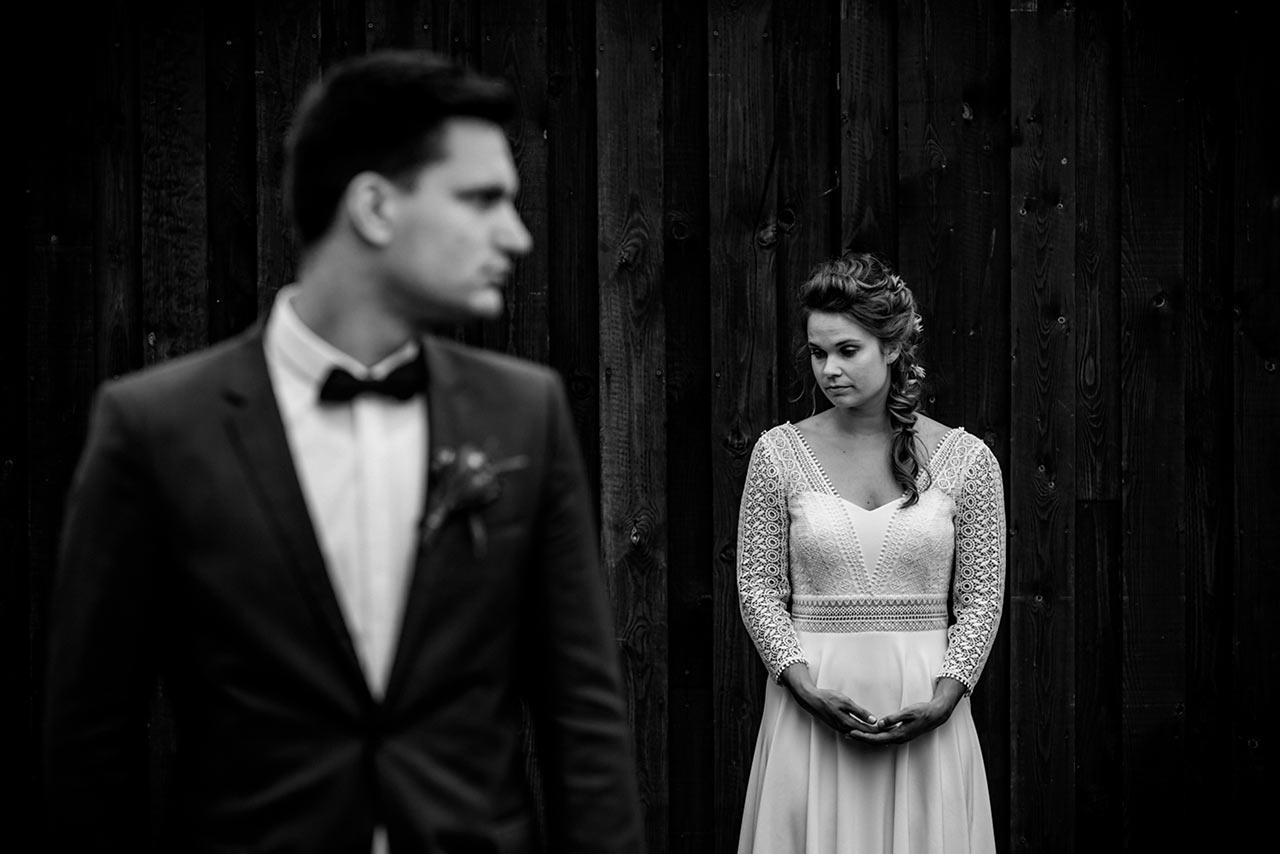 im Vordergrund Bräutigam unscharf und im Hintergrund Braut - Hochzeitsfotograf Rostock - Fotograf Rostock