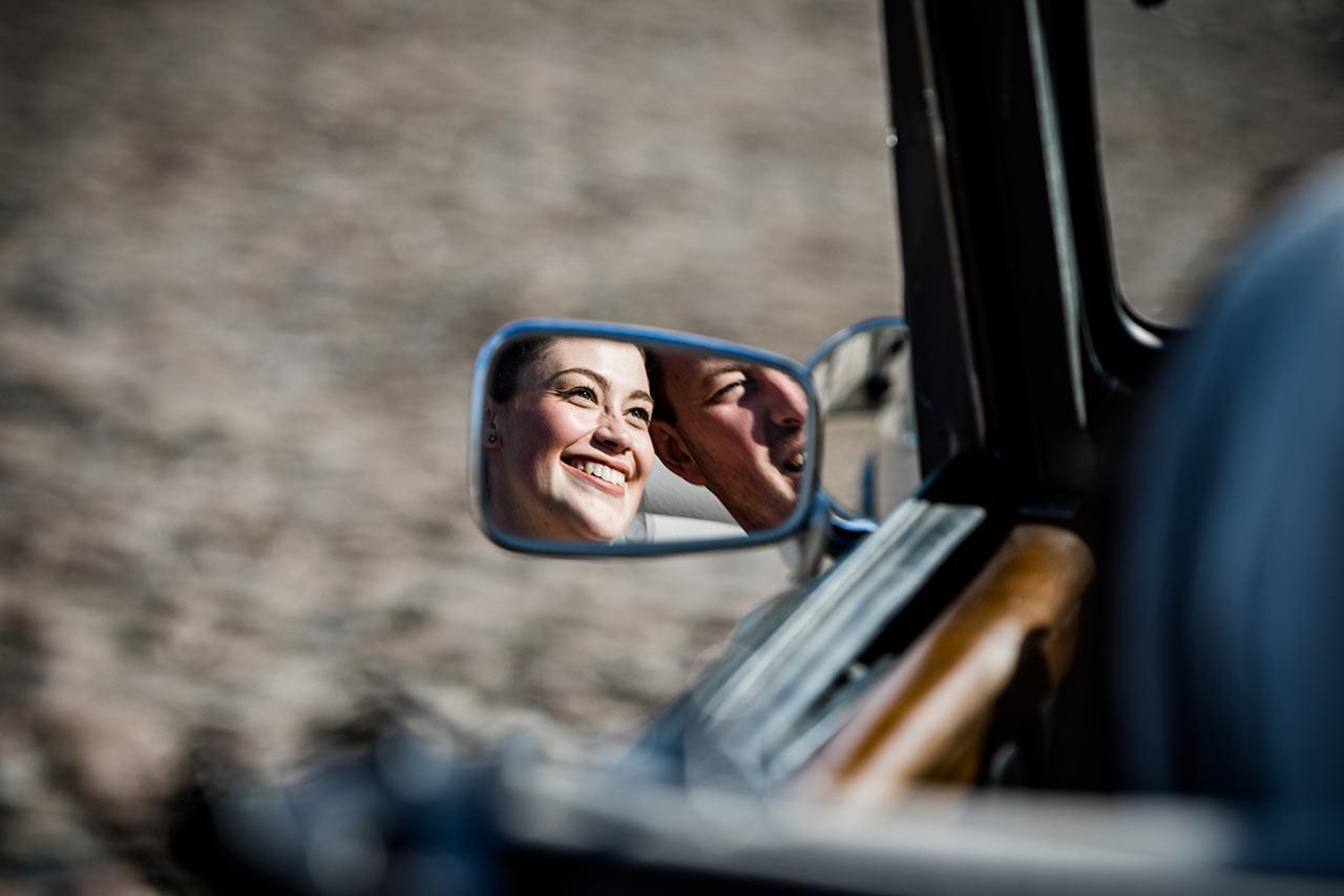 Brautpaar im Rückspiegel eines Autos - Hochzeitsfotograf Rostock - Fotograf Rostock
