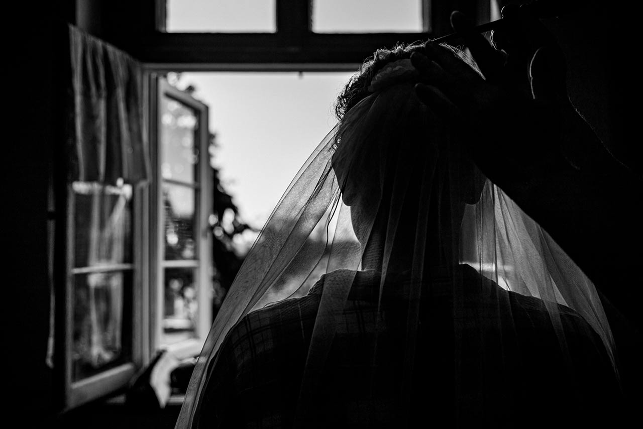 Getting Ready - Kopf der Braut von hinten beim Anlegen des Schleiers - Hochzeitsfotos - Fotograf Rostock Hochzeit