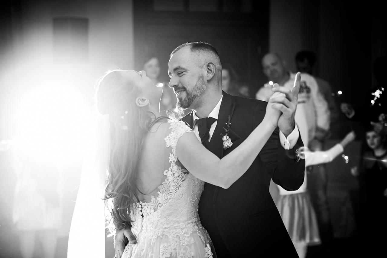 Nahaufnahme Brautpaar beim Hochzeitstanz Braut lacht herzlich - Hochzeitsfotograf Bredenfelde