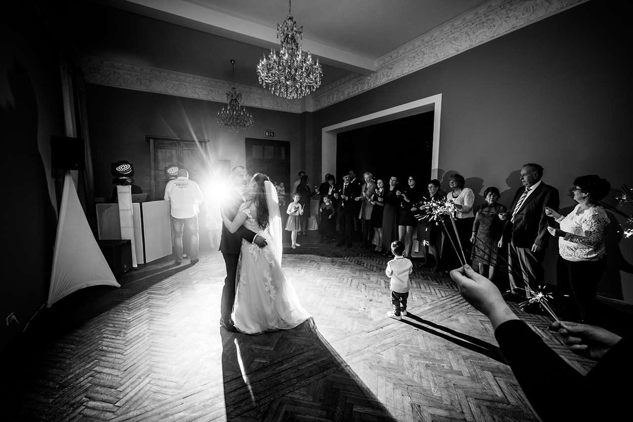 Brautpaar beim Hochzeitstanz im Hintergrund Hochzeitsgäste - Hochzeitsfotograf Bredenfelde