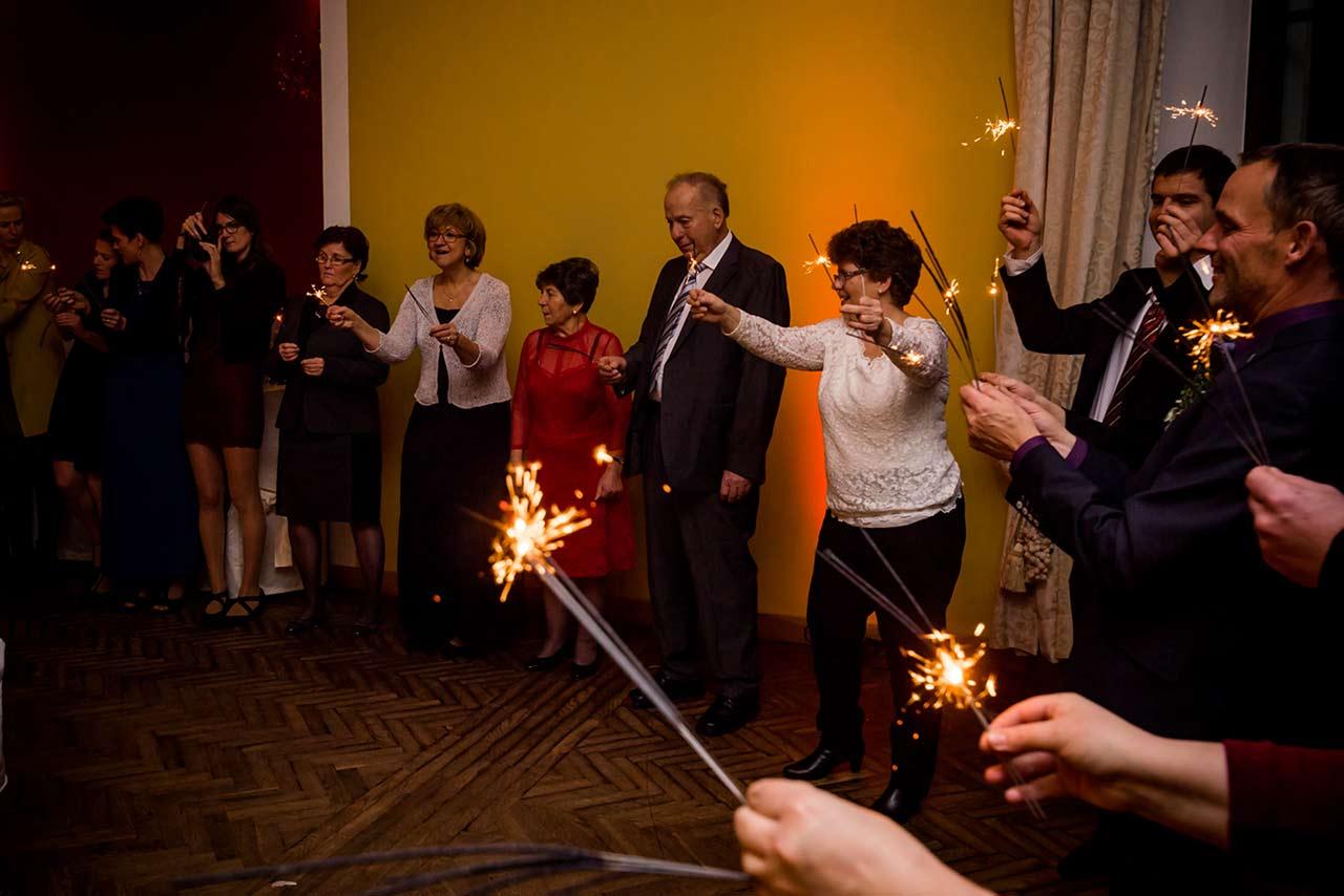 Hochzeitgäste mit Wunderkerzen in der Hand - Hochzeitsfotograf