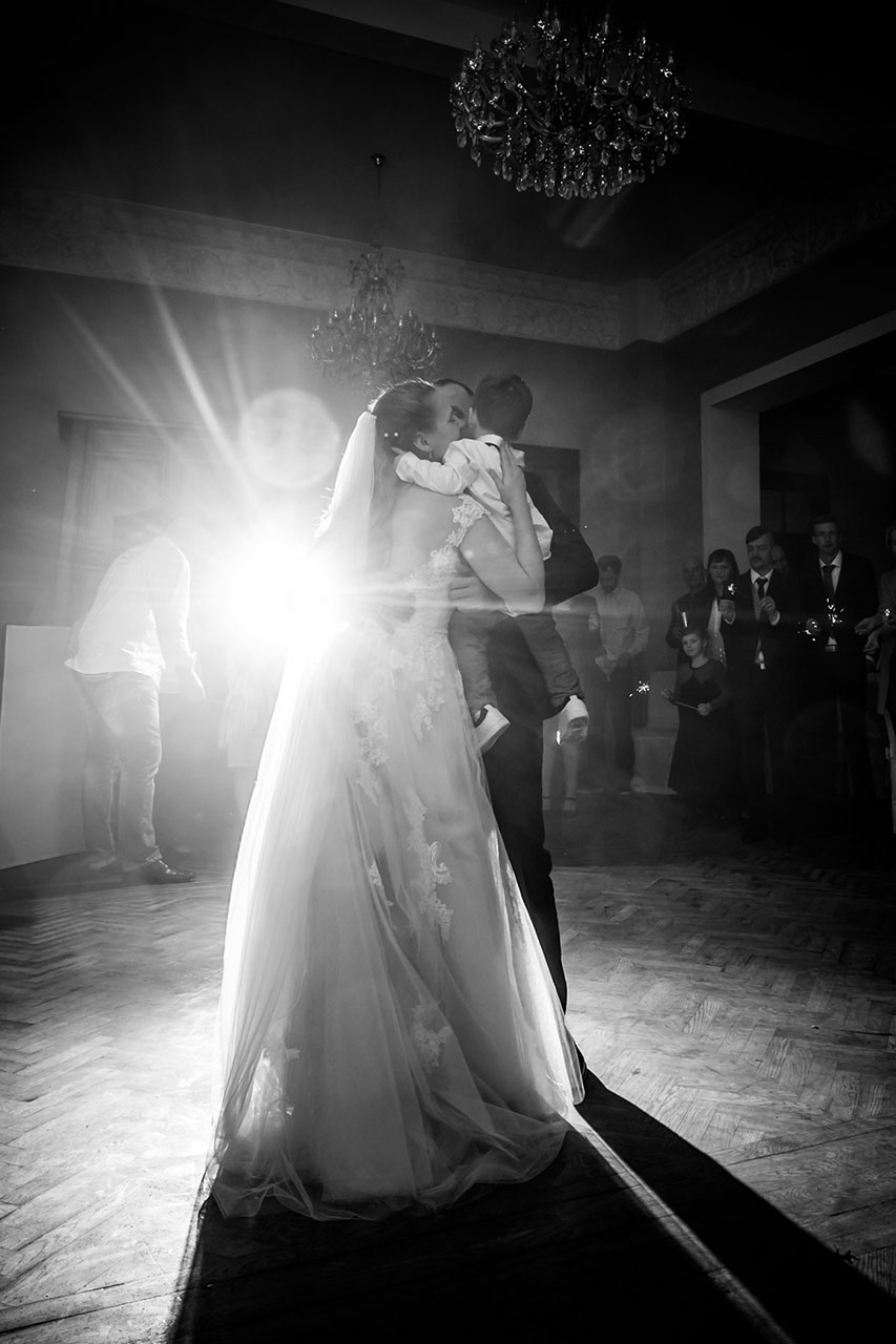 Brautpaar und kleiner Sohn liegen sich liebevoll in den Armen - Hochzeitsfotograf Bredenfelde