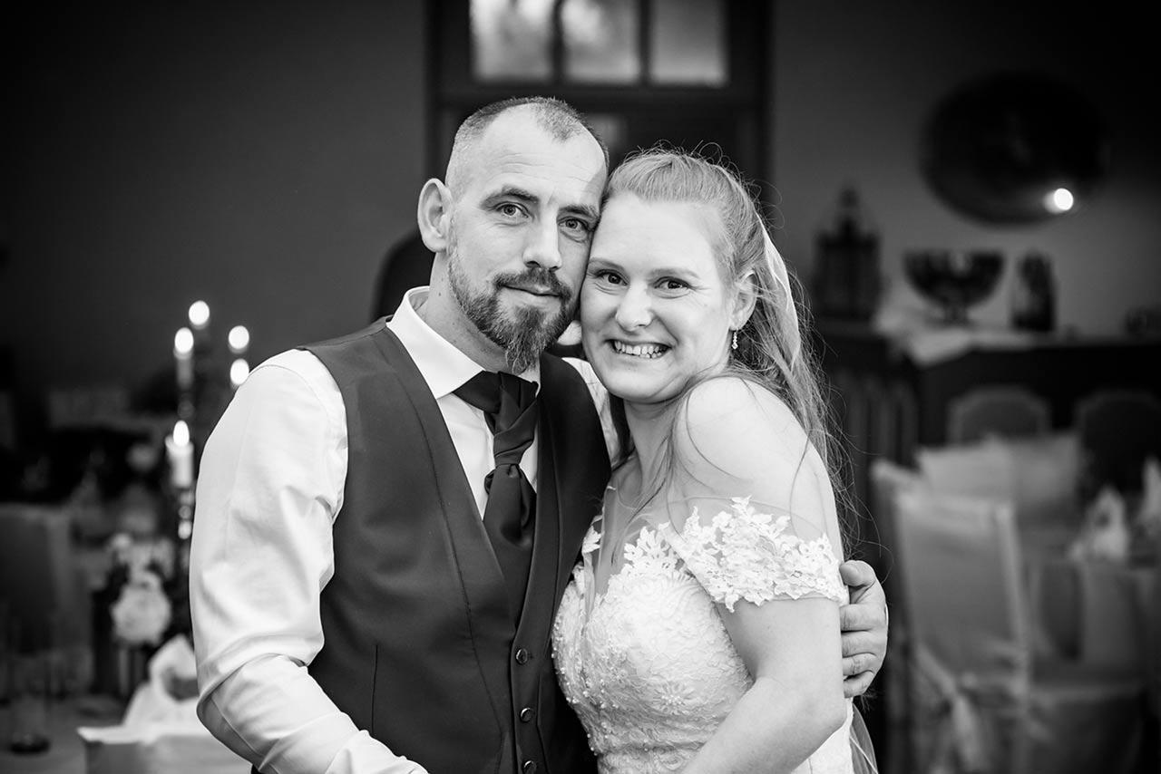 Brautpaar Arm in Arm und beide lächeln zufrieden - Hochzeitsfotograf Bredenfelde