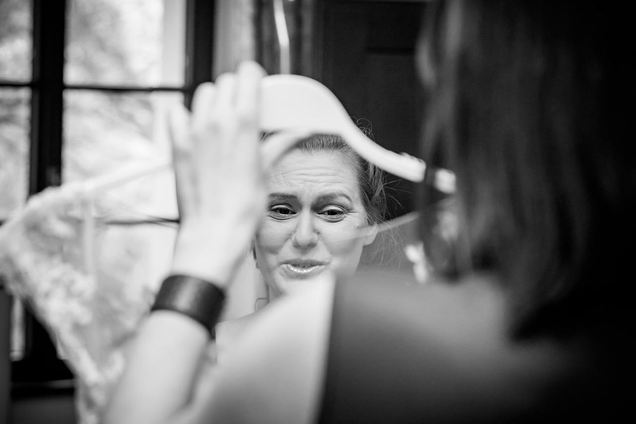 Braut sieht ihr Brautkleid und ist gerührt - Hochzeitsfotograf Bredenfelde - Hochzeitsfotograf