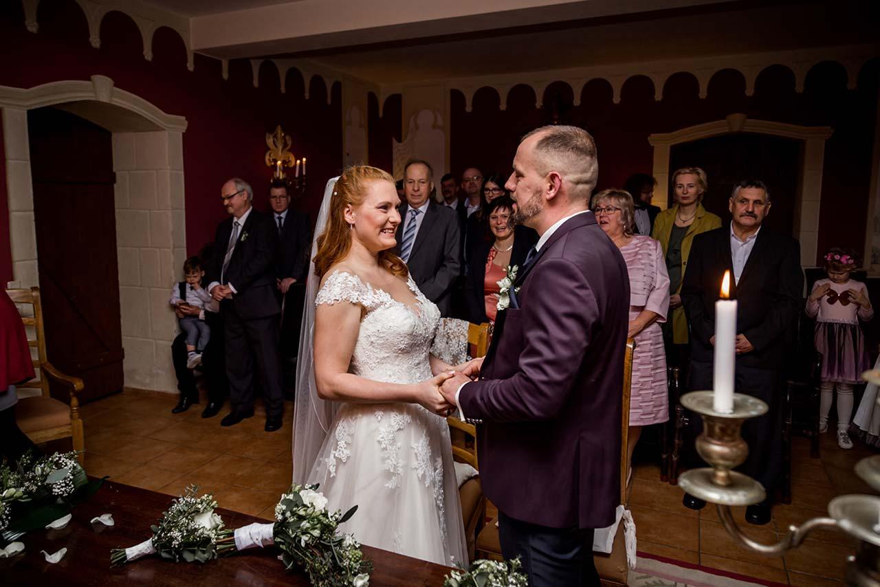 Brautpaar steht sich bei Trauung gegenüber - Fotograf Schloss Bredenfelde - Fotograf Hochzeit Schloss Bredenfelde