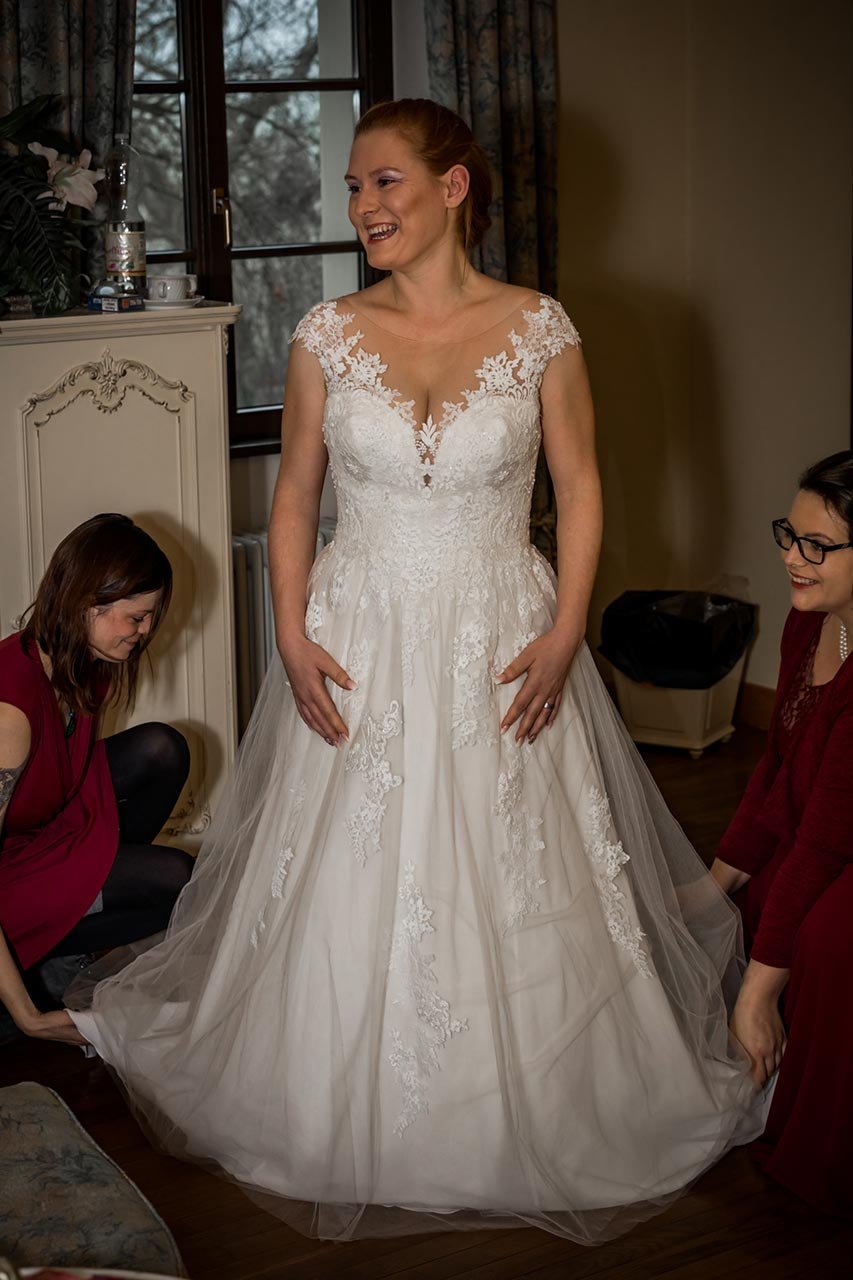 Braut im Hochzeitskleid - Hochzeitsfotograf Bredenfelde