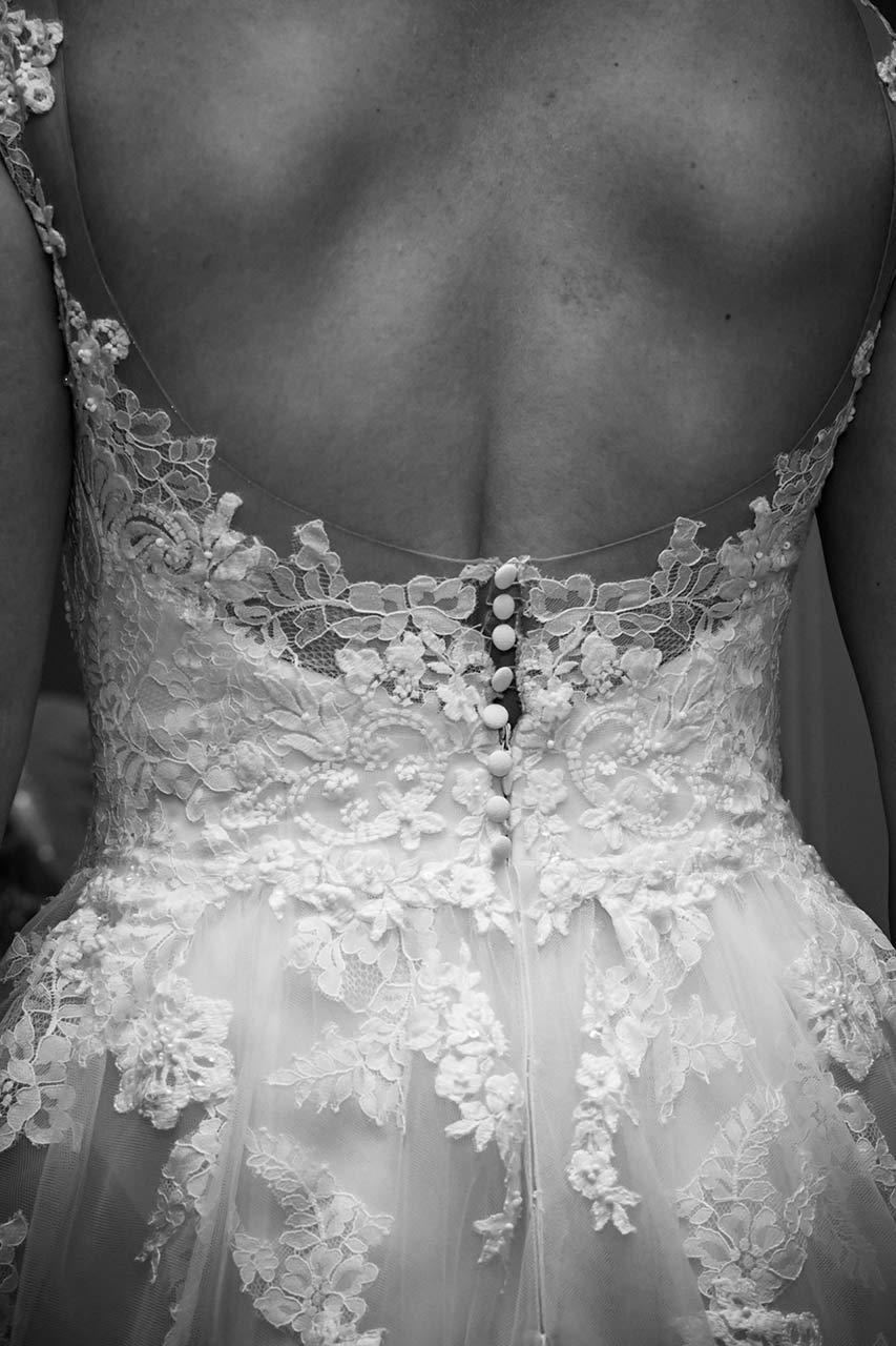 Getting Ready - Rücken der Braut im spitzenbesetzten Brautkleid - Fotograf Bredenfelde - Fotograf Hochzeit Schloss Bredenfelde