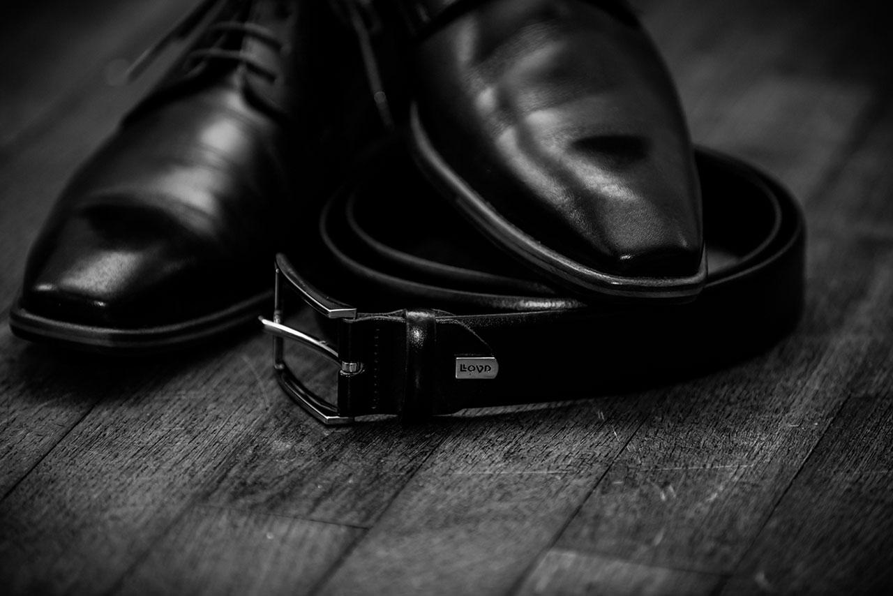 Nahaufnahme Schuhe und Gürtel des Bräutigams - Hochzeitsfotograf