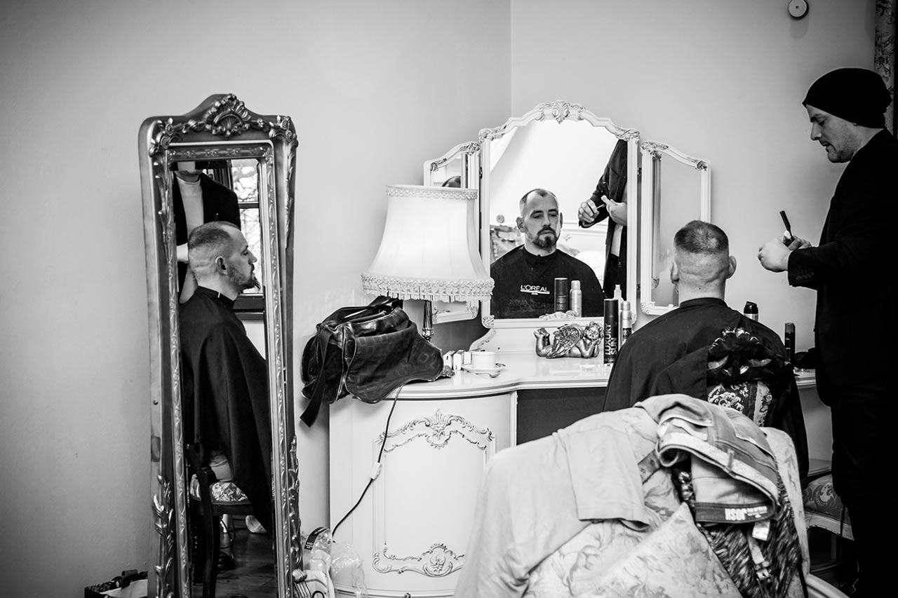 Bräutigam werden die Haare geschnitten - Hochzeitsfotograf