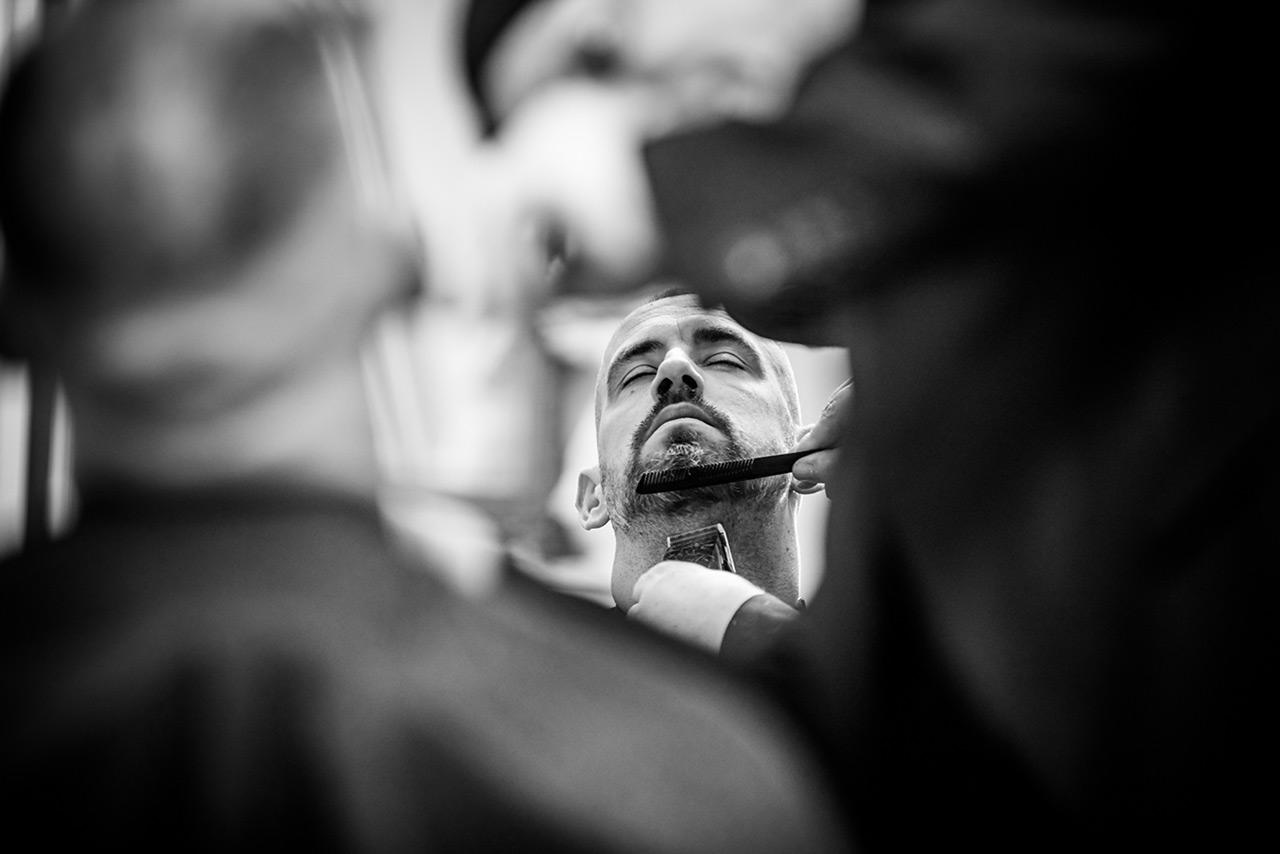 Bart des Bräutigams wird von Friseur gestutzt - Hochzeitsfotograf Bredenfelde