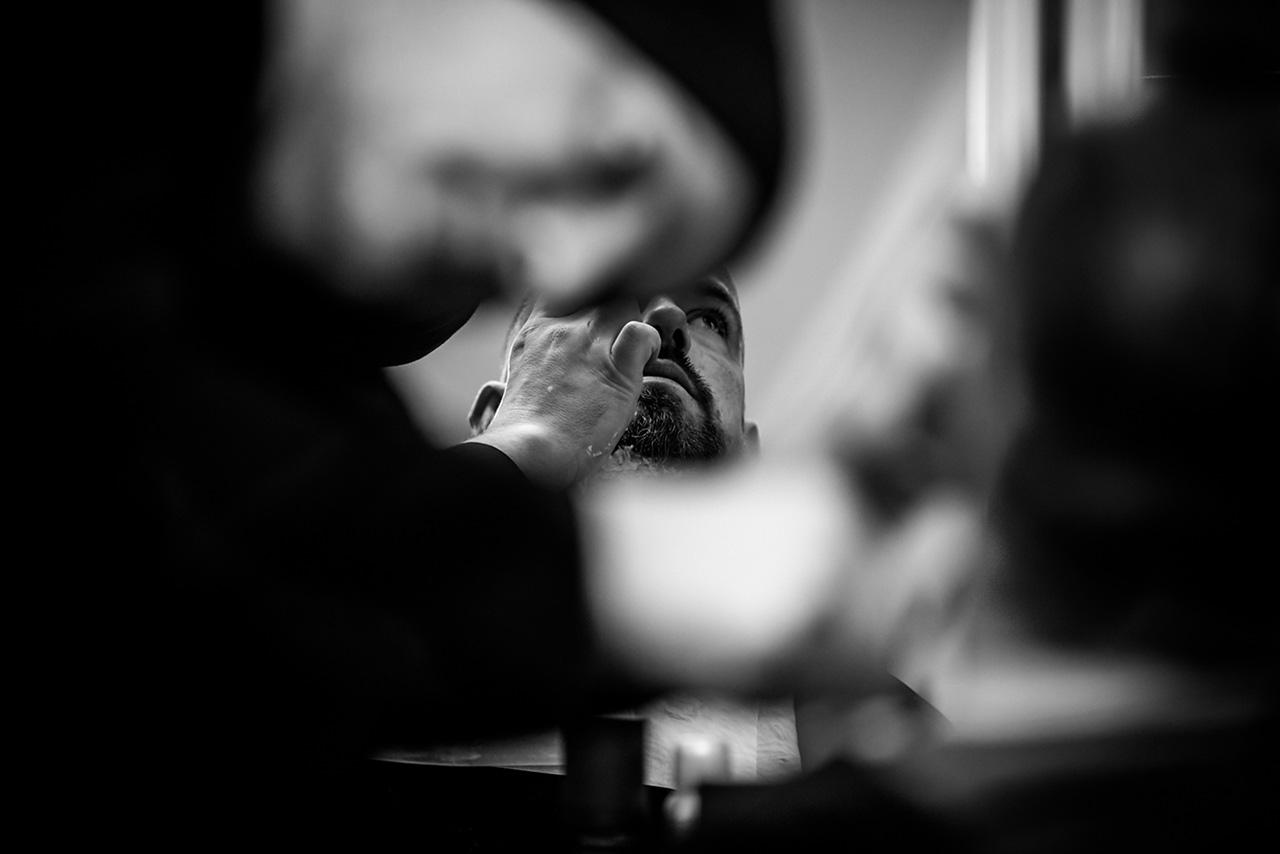 Bart des Bräutigams wird mit Rasiermesser in Form gebracht - Hochzeitsfotograf Rostock