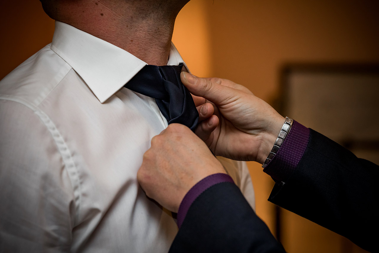 Trauzeuge richtet Krawatte des Bräutigams - Hochzeitsfotograf Bredenfelde
