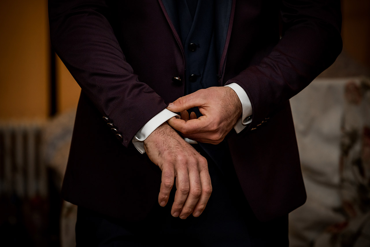 Nahaufnahme Bräutigam richtet Hemdärmel - Hochzeitsfotograf Bredenfelde
