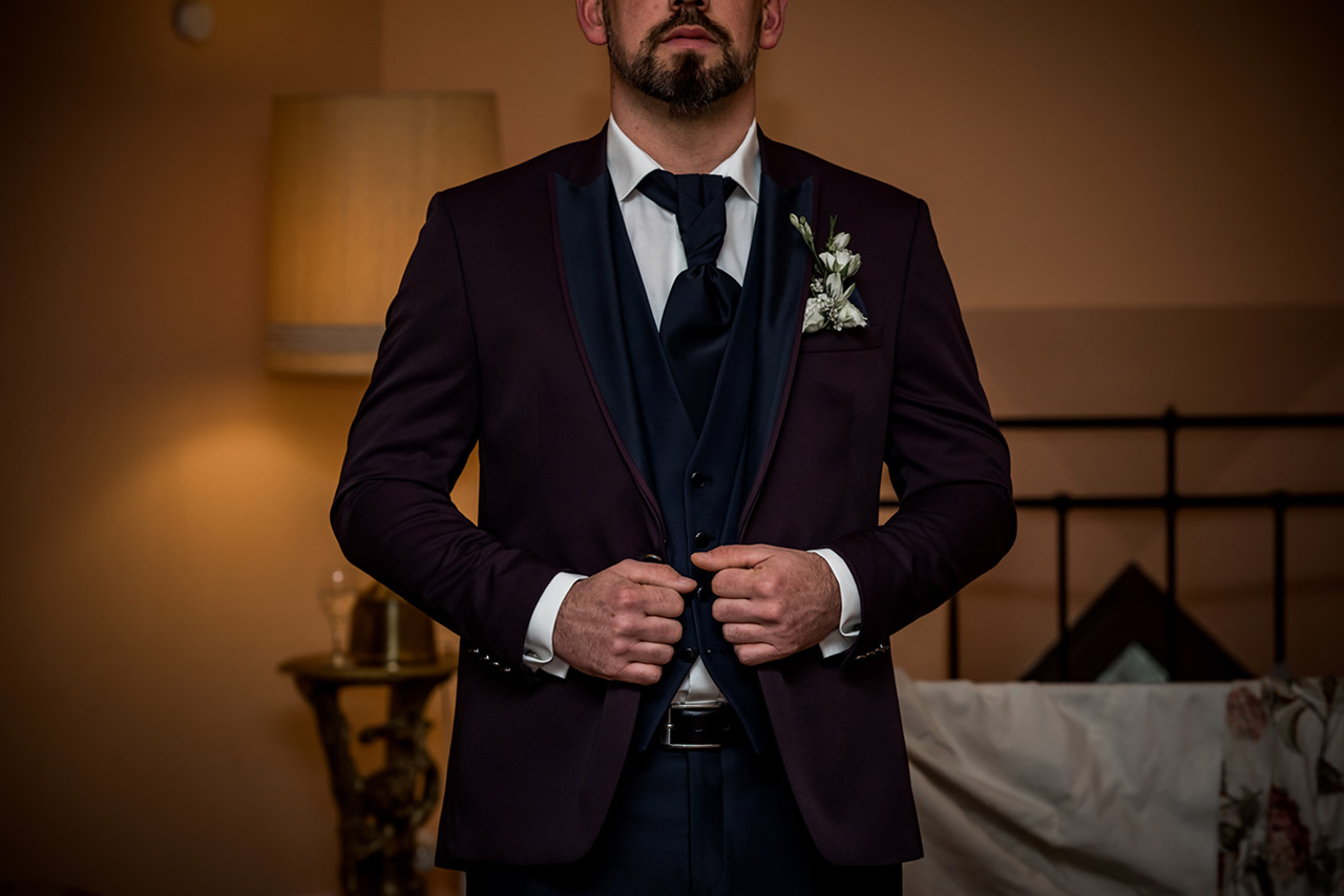 Bräutigam fertig angekleidet - Hochzeitsfotograf Bredenfelde