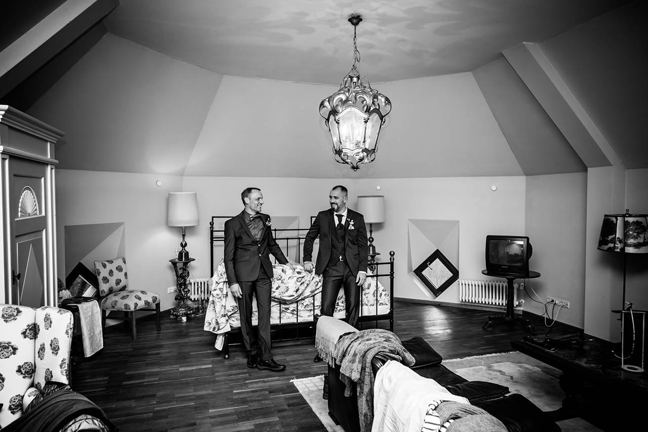 Weitwinkelaufnahme Bräutigam und Trauzeuge stehen warten im Hotelzimmer - Hochzeitsfotograf Rostock