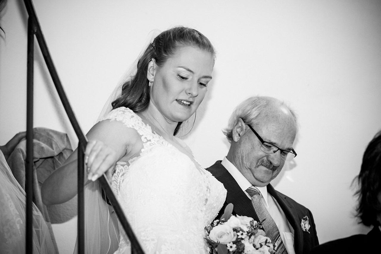 Braut wird vom Vater zur Trauung geführt - Hochzeitsfotograf Rostock