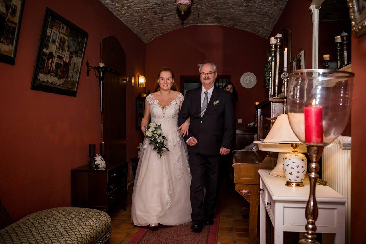 Braut wird vom Vater zur Trauung geführt - Hochzeitsfotograf