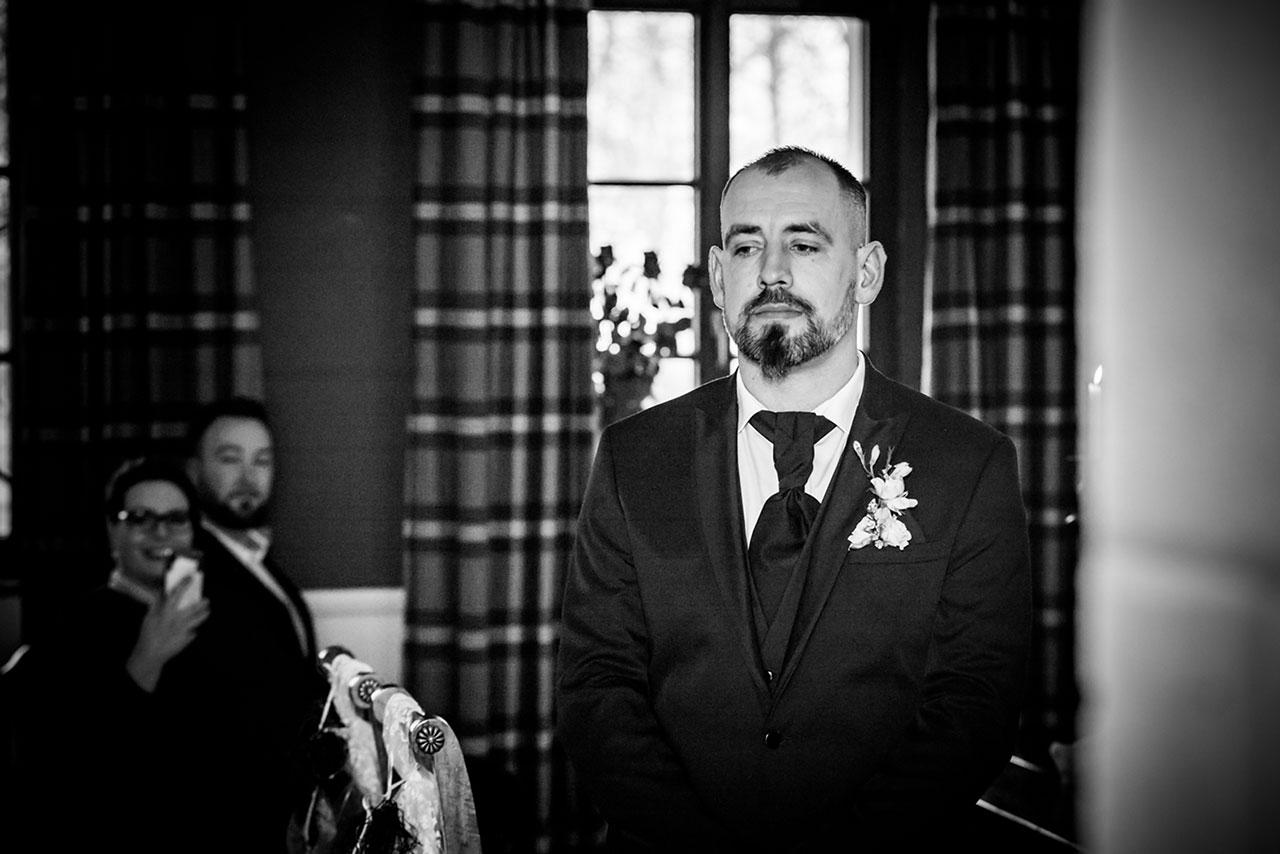 Bräutigam wartet auf seine Braut - Hochzeitsfotograf Rostock