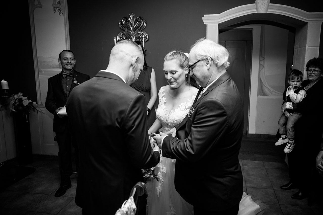 Braut wird vom Brautvater an den Bräutigam übergeben - Hochzeitsfotograf
