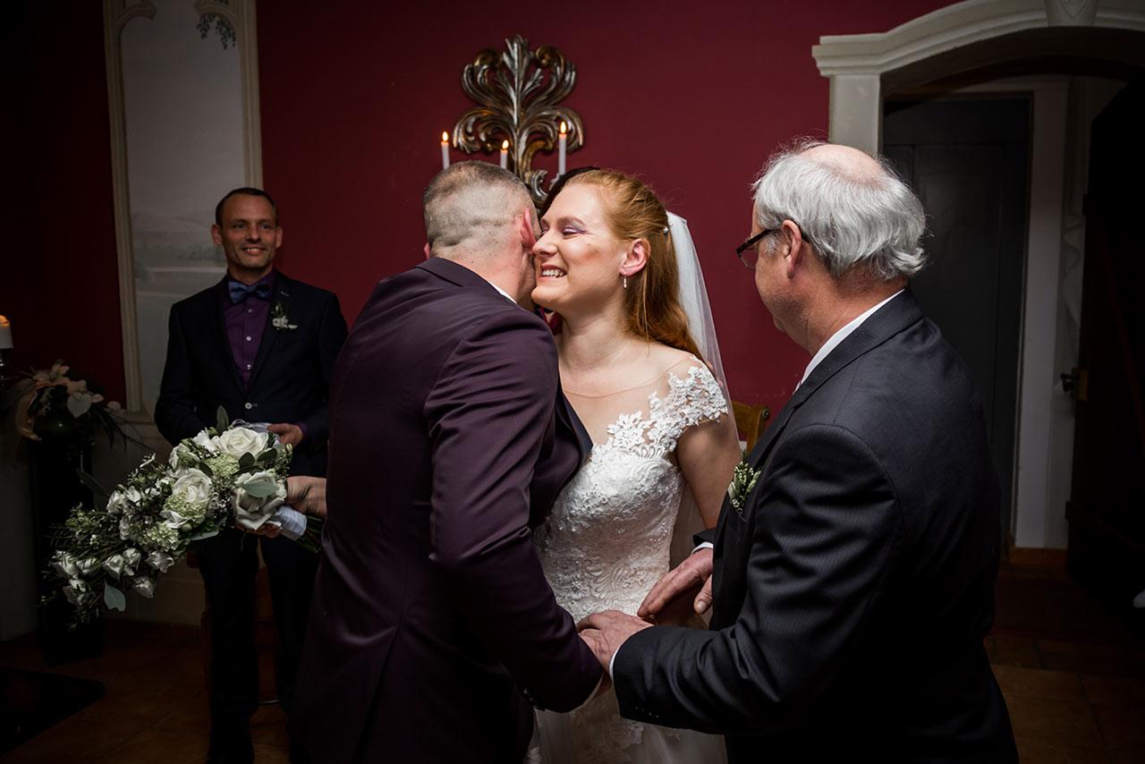 Brautpaar umarmt sich und Braut lächelt vor Glück - Hochzeitsfotograf Bredenfelde