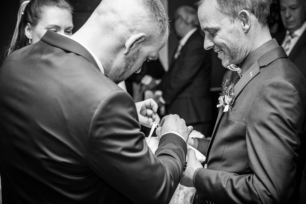 Trauzeuge bring dem Brautpaar die Eheringe - Hochzeitsfotograf Rostock
