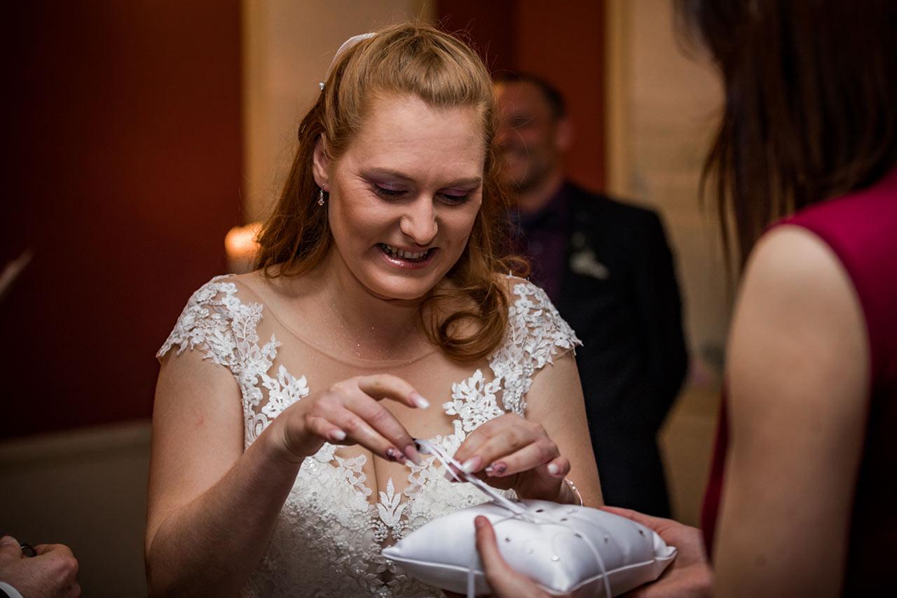 Trauzeuge bring der Braut den Ehering - Hochzeitsfotograf Bredenfelde