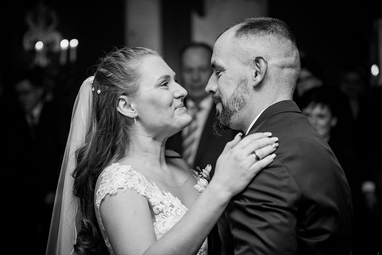 Brautpaar steht sich bei Trauung gegenüber - Hochzeitsfotograf Bredenfelde