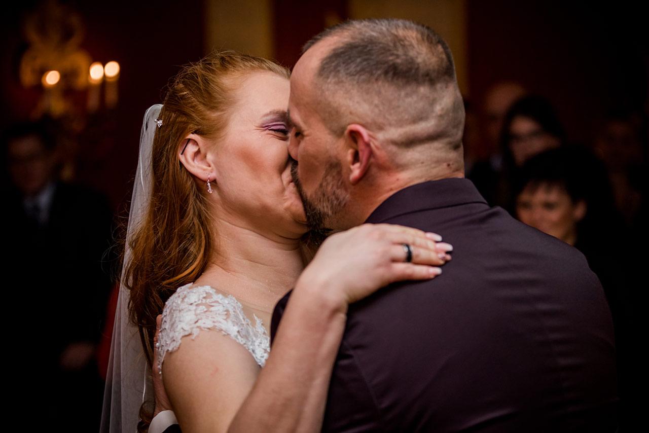 Hochzeitskuss - Brautpaar küsst sich innig - Hochzeitsfotograf Rostock