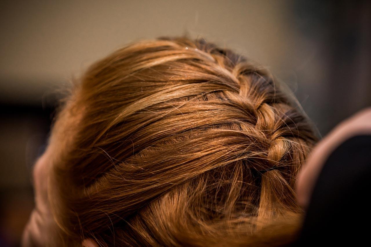 Nahaufnahme geflochtene Haare der Braut - Fotograf Bredenfelde