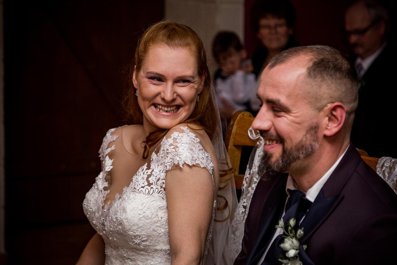 Braut lächelt herzlich ihren Ehemann an - Hochzeitsfotograf