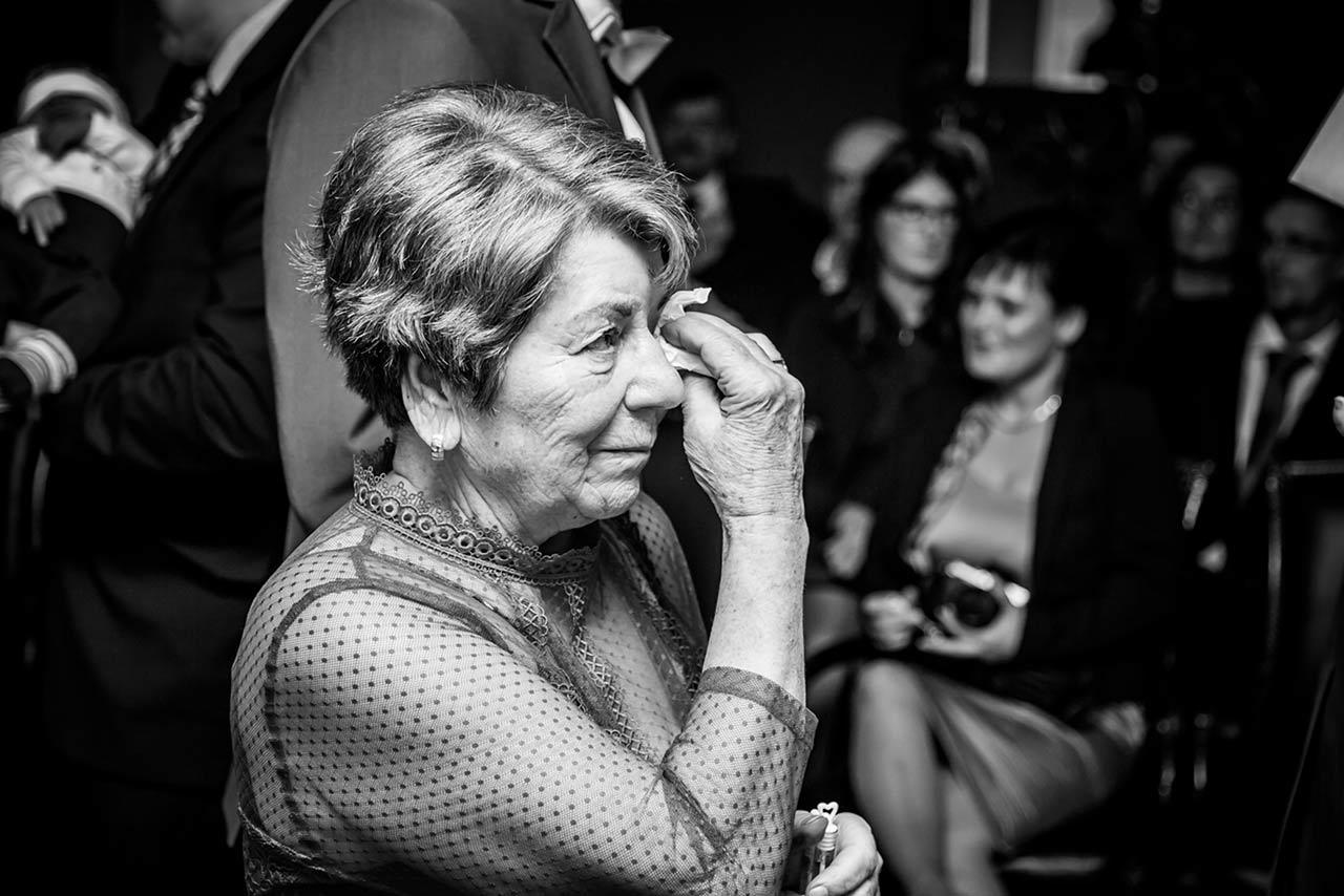 Oma des Brautpaares wischt sich Tränen der Rührung weg - Hochzeitsfotograf Bredenfelde