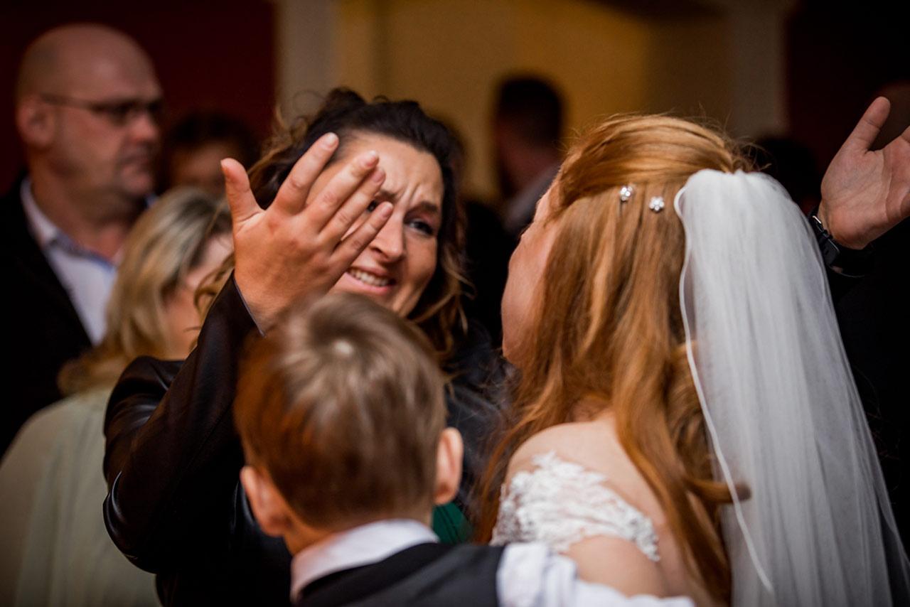 Freundin umarmt Braut nach Trauung und hat Tränen in den Augen - Hochzeitsfotograf