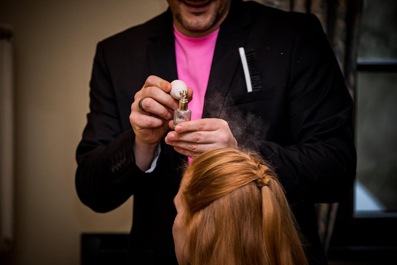 Friseur spruht Glitzer auf Haare der Braut - Hochzeitsfotograf Bredenfelde - Hochzeitsfotograf