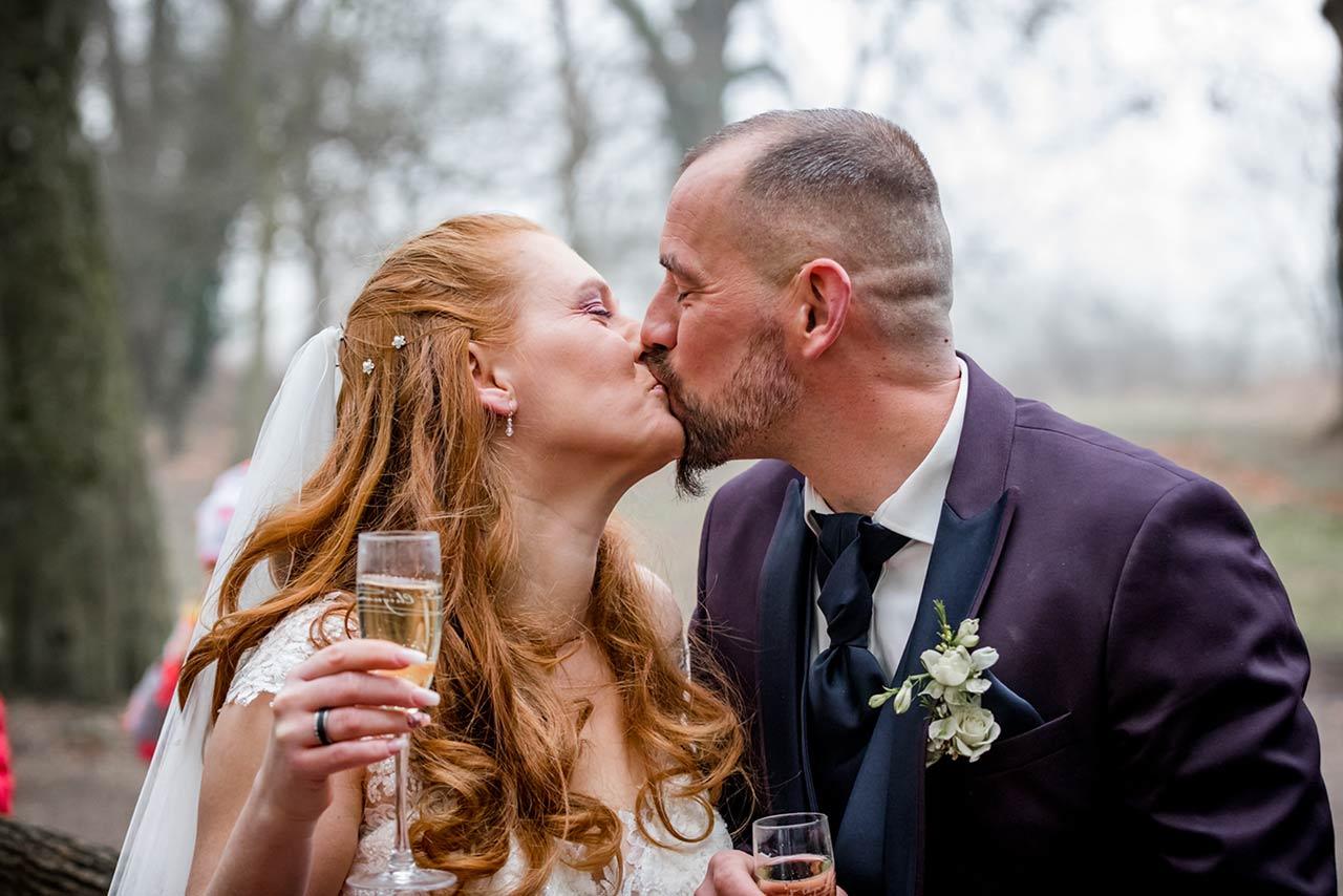 Brautpaar küsst sich und stößt mit Sekt an - Hochzeitsfotograf Bredenfelde