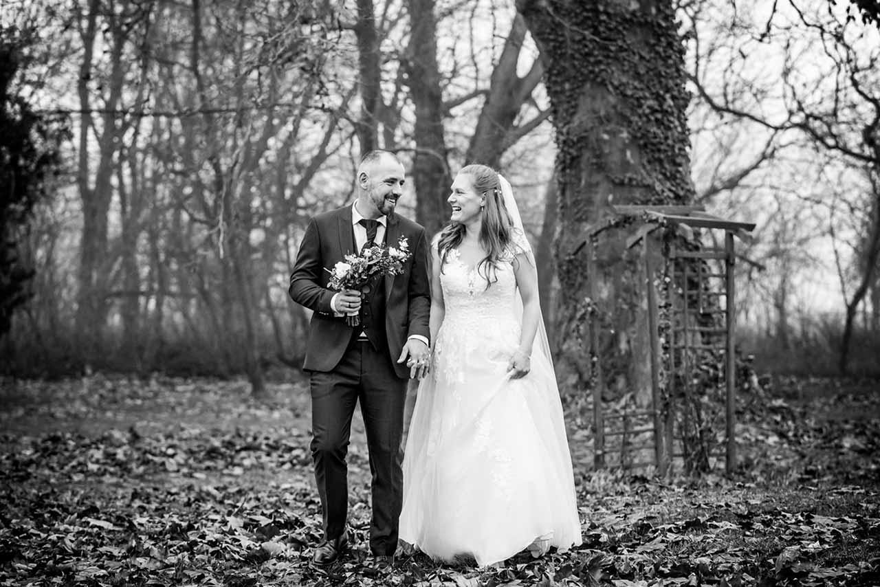 Brautpaar lacht sich herzlich an - Hochzeitsshooting - Hochzeitsfotografie - Hochzeitsfotograf Bredenfelde