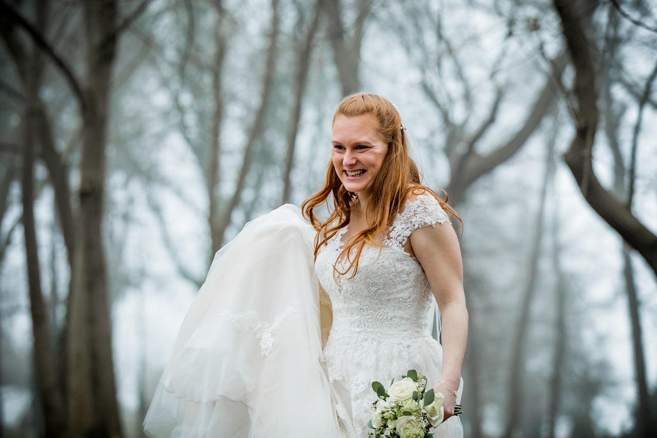 Nahaufnahme Braut lächelt vor Freude - Hochzeitsshooting - Hochzeitsfotografie - Hochzeitsfotograf Bredenfelde
