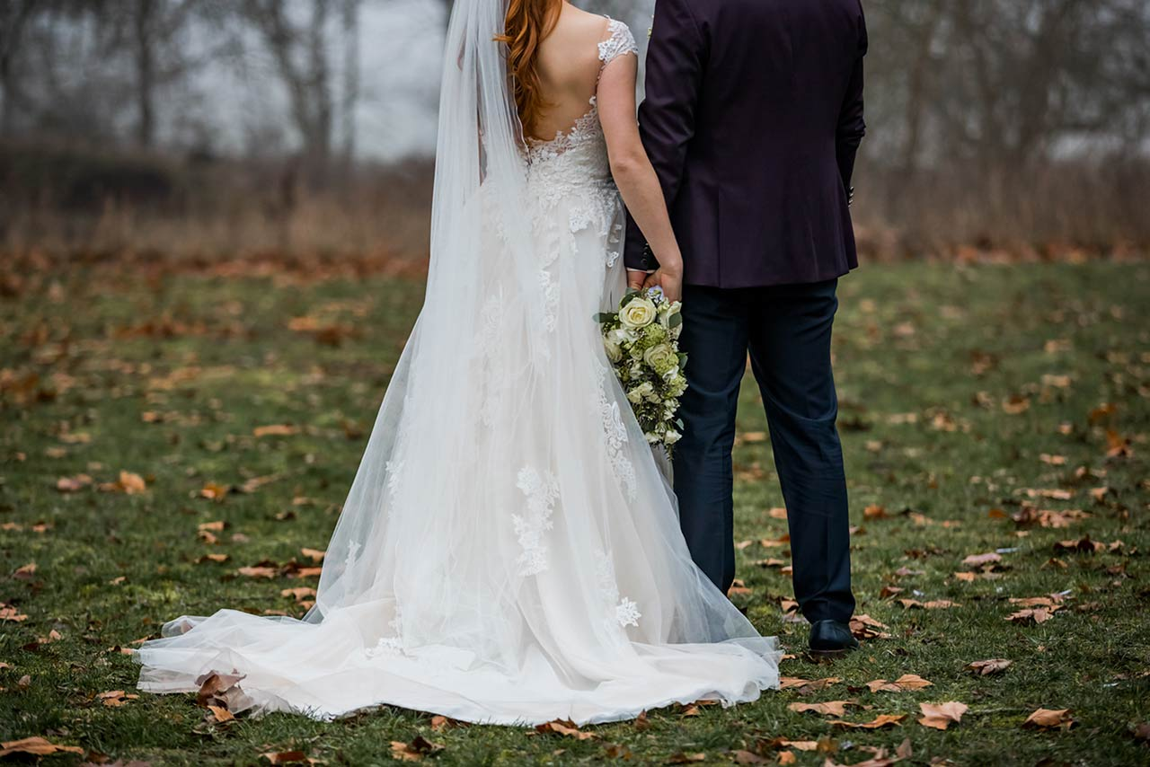 Nahaufnahme Brautpaar von hinten - Hochzeitsshooting - Hochzeitsfotografie - Fotograf Hochzeit Bredenfelde