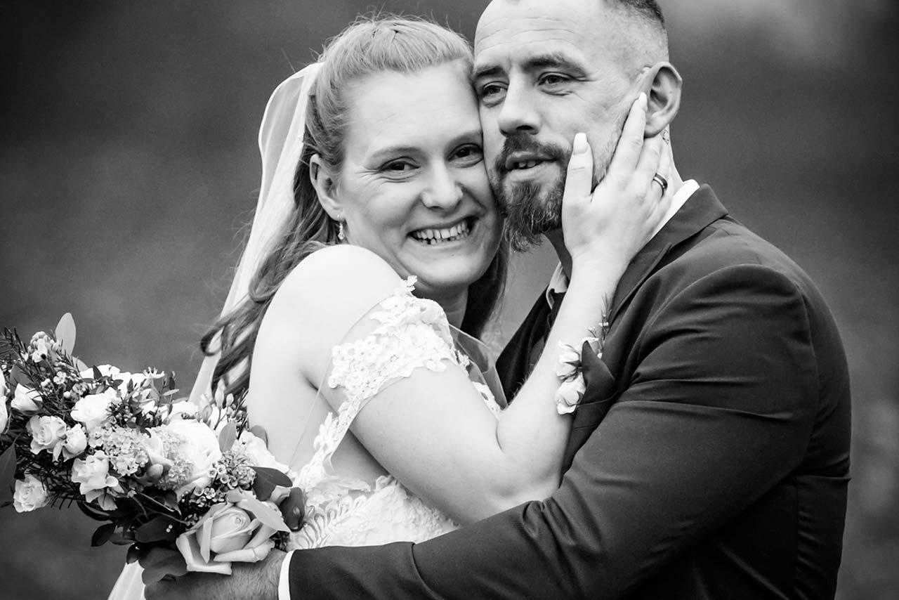 Braut lehnt ihren Kopf an den ihres Mannes und lacht ganz herzlich - Hochzeitsshooting - Hochzeitsfotografie - Hochzeitsfotograf Bredenfelde