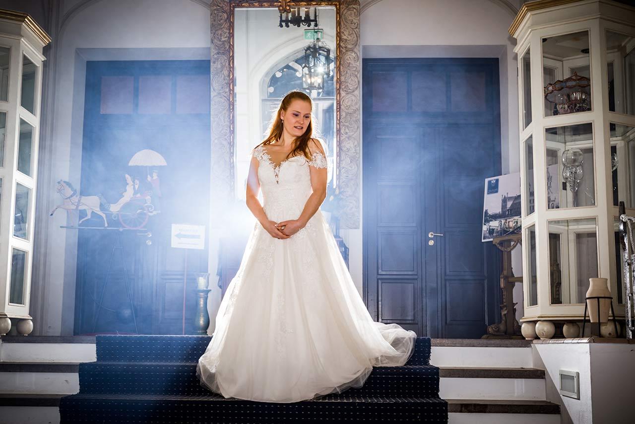Braut steht auf Treppe Eingangsbereich Schloss Bredenfelde - Hochzeitsfotograf Bredenfelde
